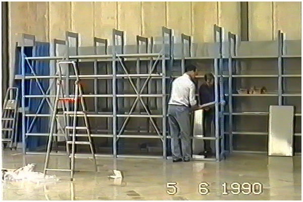 Frank en André bouwen magazijn stellingen, 05 juni 1990